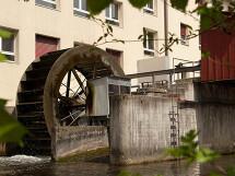 Wasserrad beim Kleinwasserkraftwerk Herzogenmühle in Wallisellen