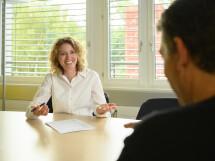 Unsere Personalverantwortliche im Gespräch mit einem Bewerber