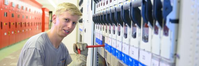 Monteur an der Arbeit in einer Transformatorenstation