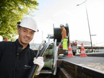 Mann bei Bauarbeiten an der Stromleitung