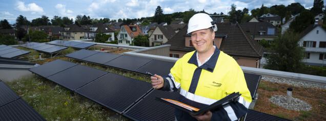 Mitarbeiter von die werke erklärt eine Solaranlage